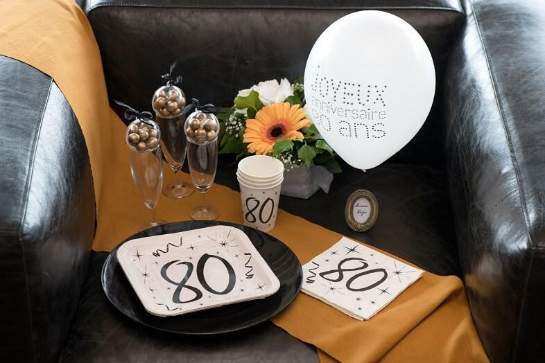 Decoration serviette et chemin de table anniversaire 80ans