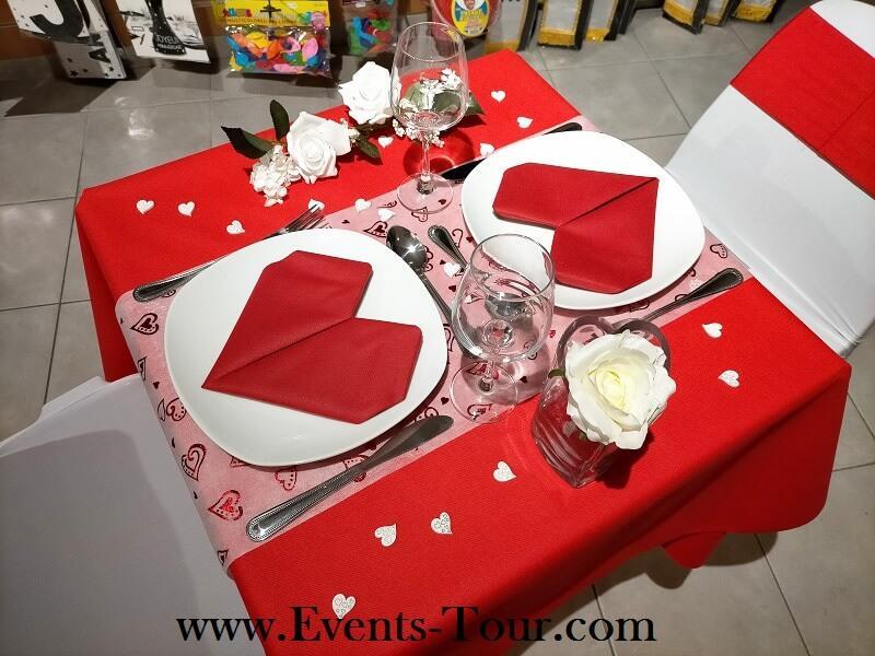 Decoration st valentin avec chemin de table blanc