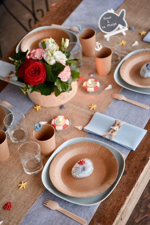Decoration theme mer avec chemin de table bleu ciel