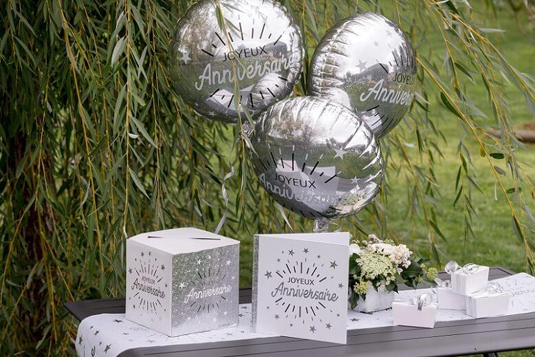 Decoration urne joyeux anniversaire blanc et argent metallique