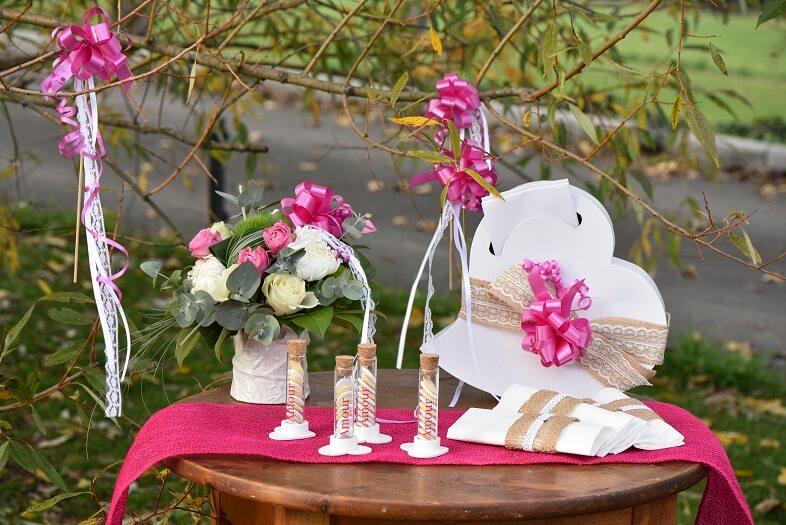Decoration urne mariage coeur blanc et livre d or voyage