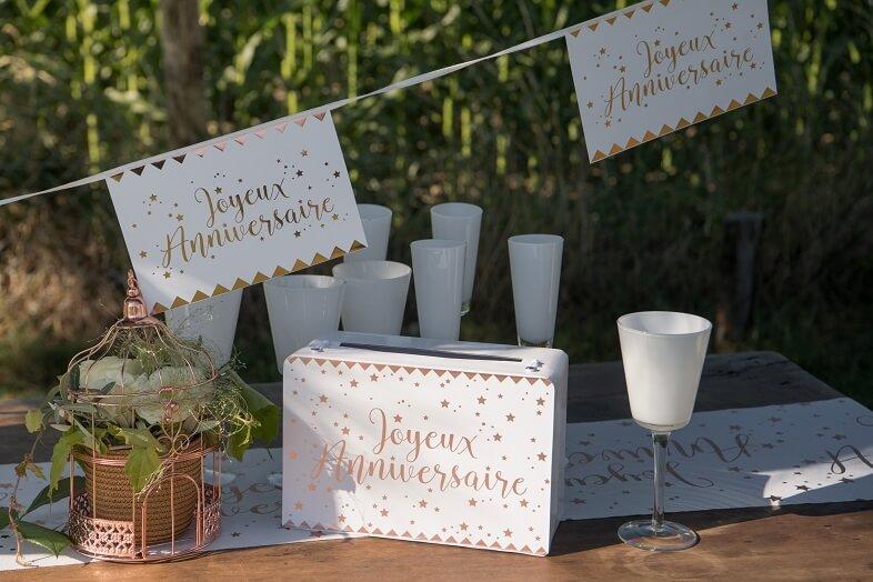 Decoration urne tirelire joyeux anniversaire blanche et doree