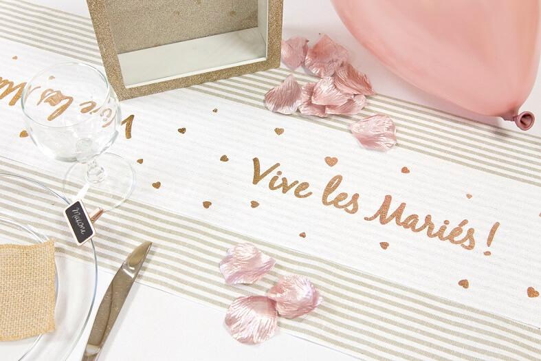 Decoraton mariage vive les maries rose gold et blanc avec chemin de table