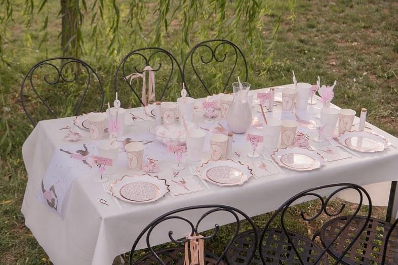 Dressage de table avec nappe blanche elegante 40 metres