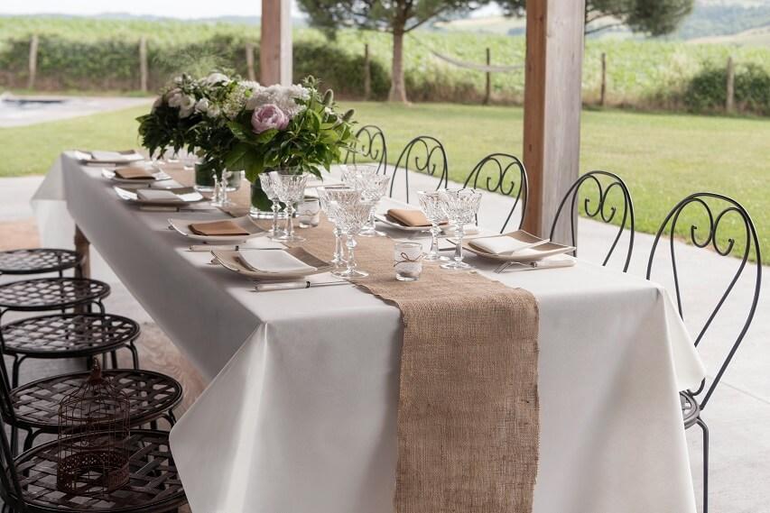 Dressage de table elegante avec nappe blanche 25 metres