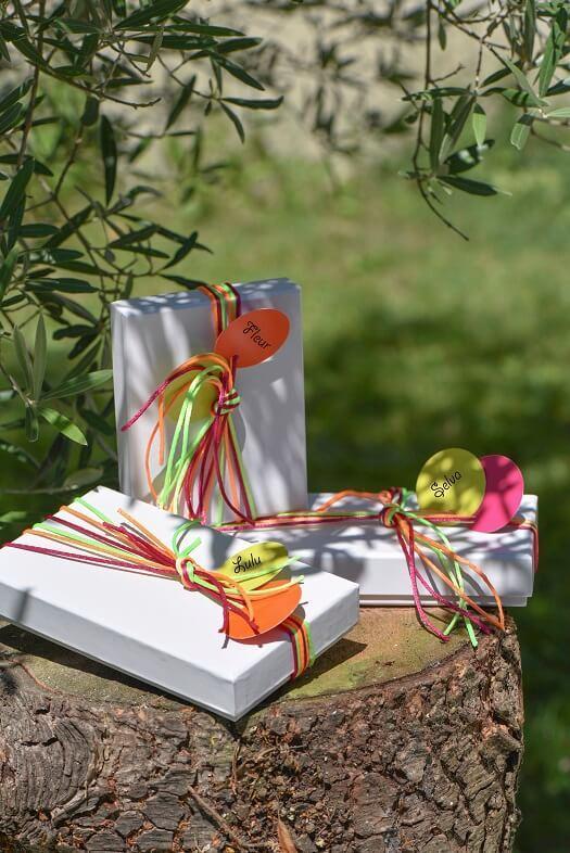 Emballage avec etiquette rose fuchsia