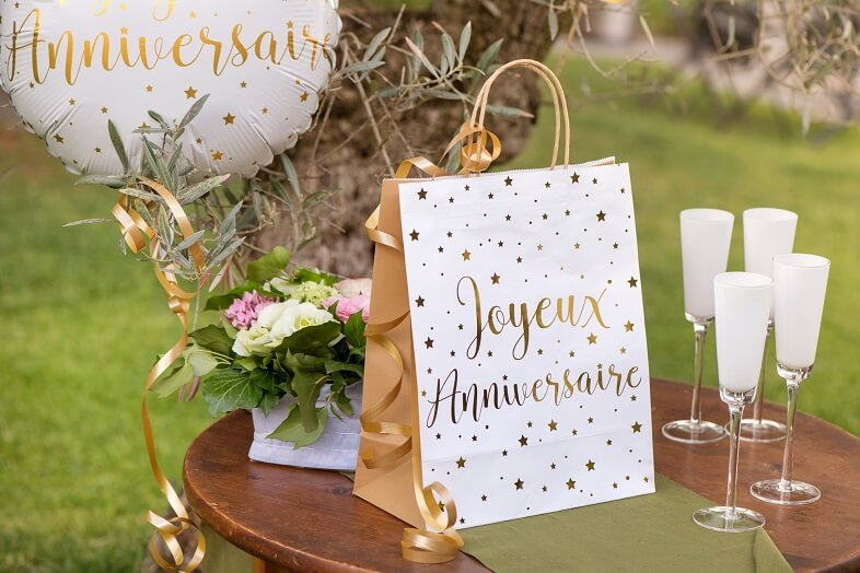 Emballage cadeau anniversaire blanc et or