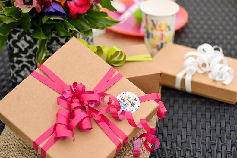 Emballage cadeau anniversaire blanc