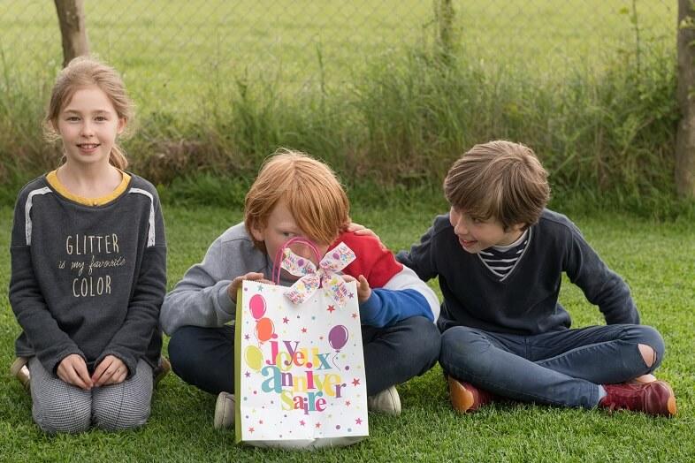 Emballage cadeau anniversaire multicolore