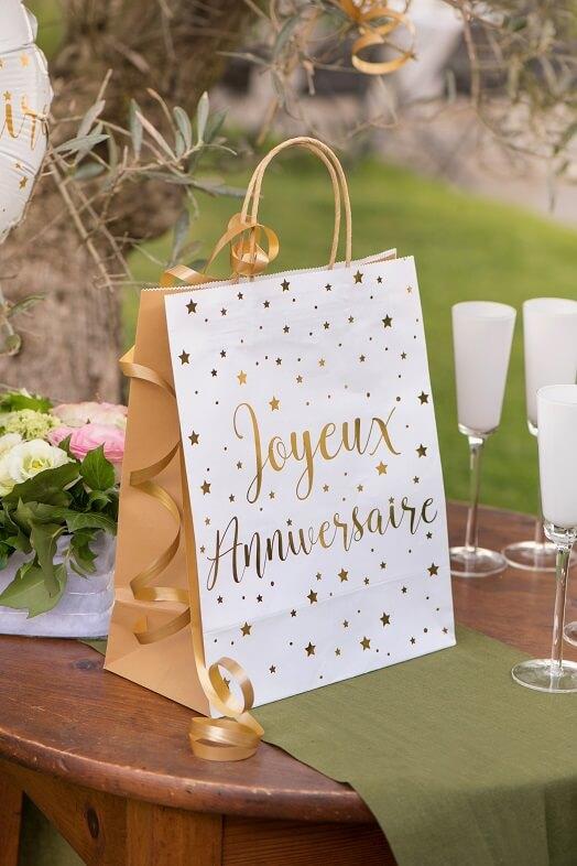 Emballage cadeau de fete anniversaire avec bolduc dore