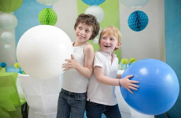 Jeu avec des enfants en utilisant des ballons