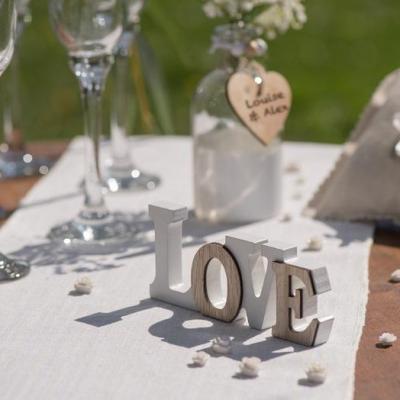 REF/EV-309 / (x1) Location d'une lettre love en bois pour votre décoration de table mariage.