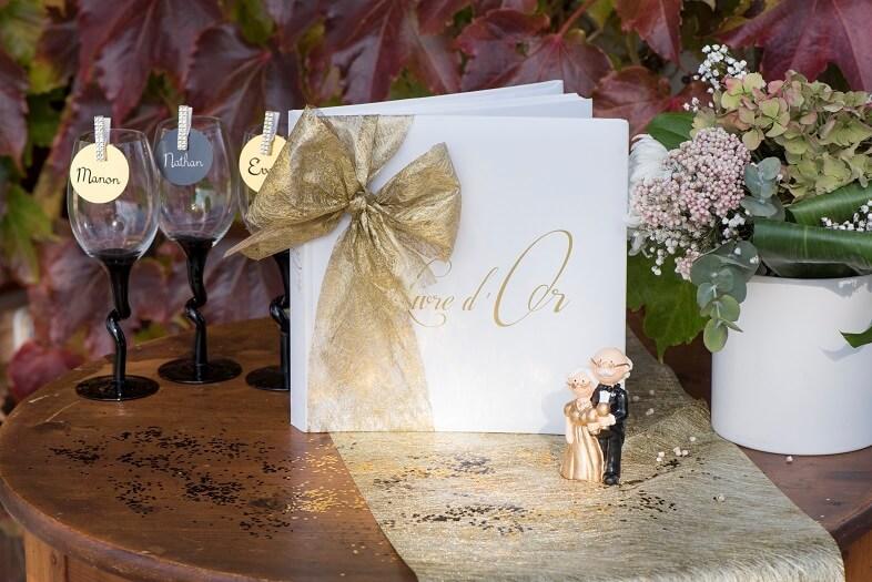 Livre dor et urne aaniversaire de mariage coeur blanc et or