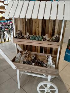 Location d'un présentoir chariot en bois candy bar 2 niveaux (x1) REF/EV-378
