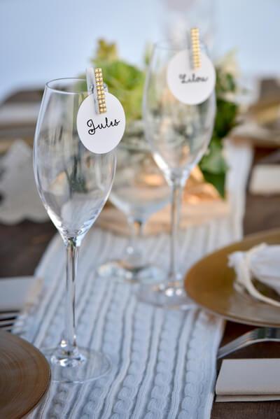 Marque place avec decoration de verre blanc