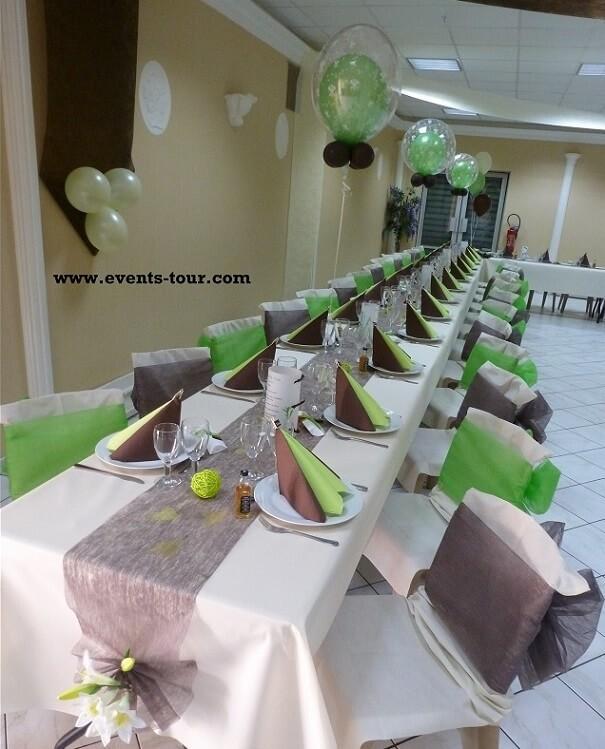 Noeud de chaise vert avec chemin de table