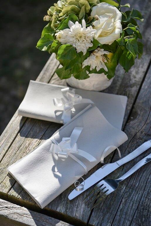 Pliage de serviette avec noeud blanc 1