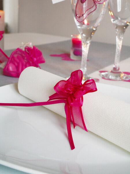 Pliage de serviette avec noeud fuchsia