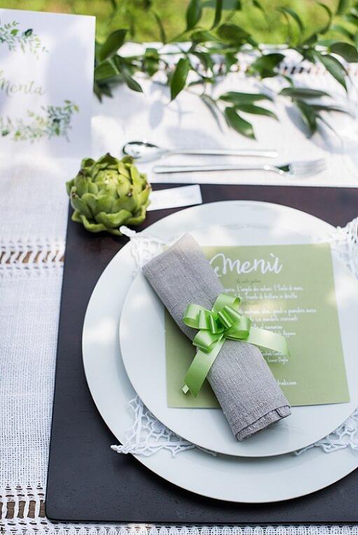 Pliage de serviette avec noeud vert