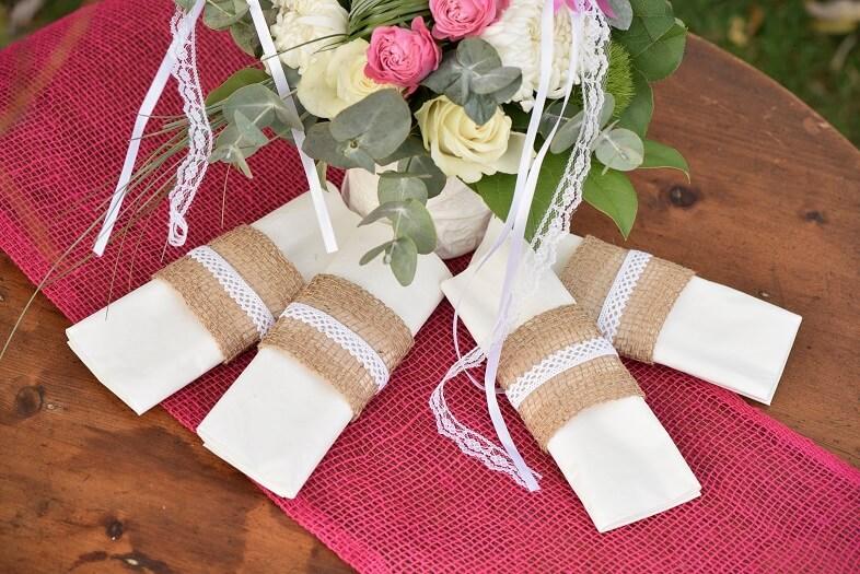 Pliage de serviette avec ruban dentelle blanc