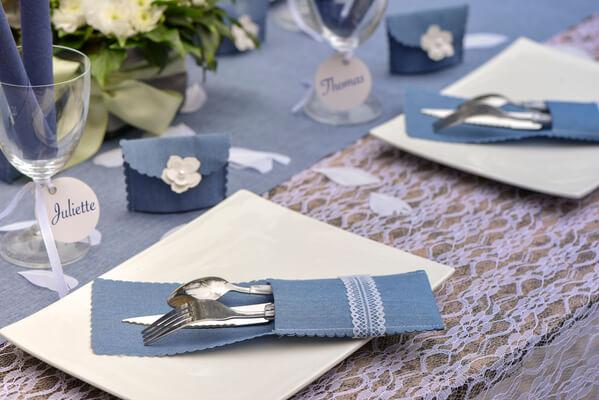 Pliage de serviette blanc et bleu