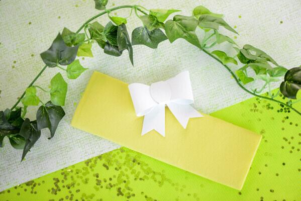 Pliage de serviette blanc et jaune