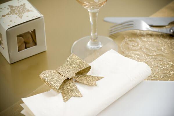 Pliage de serviette blanc et or