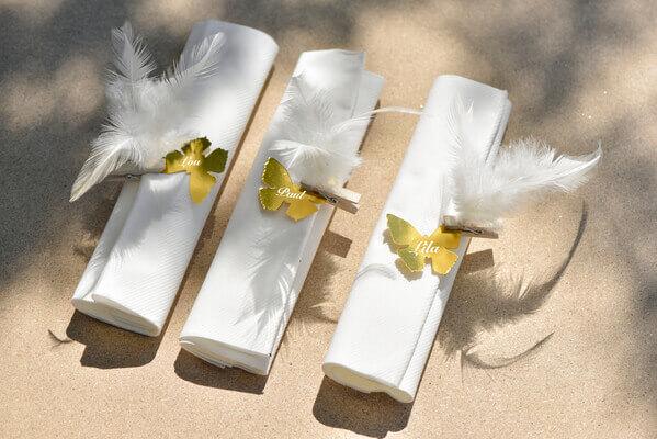 Pliage de serviette blanche et or