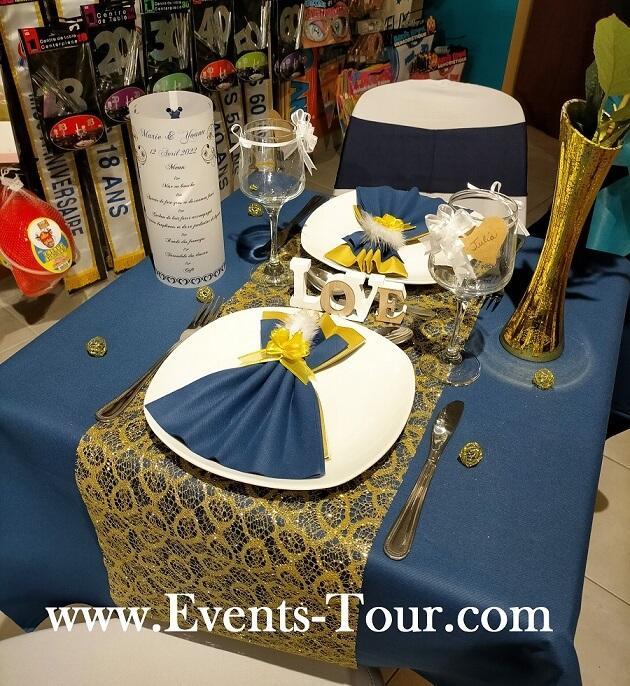 Pliage de serviette bleu marine et or