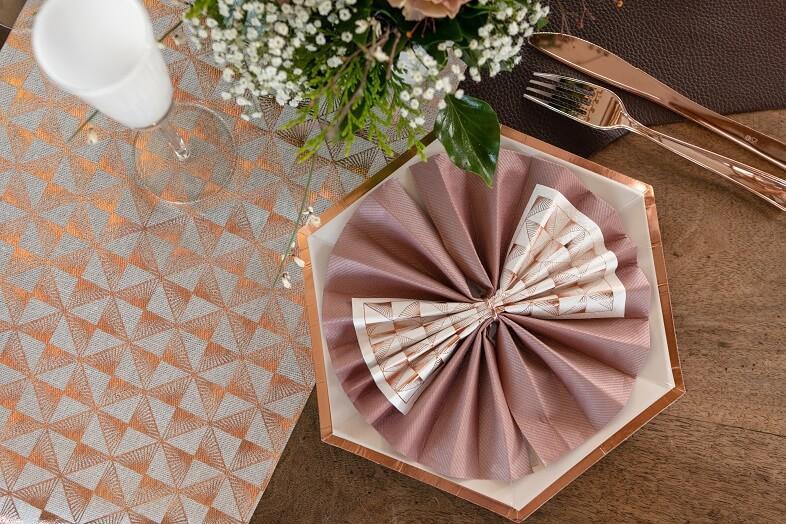 Pliage de serviette elegant rose gold