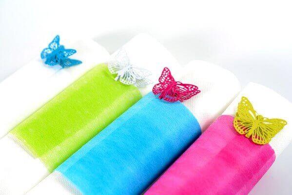 Pliage de serviette fuchsia et blanc
