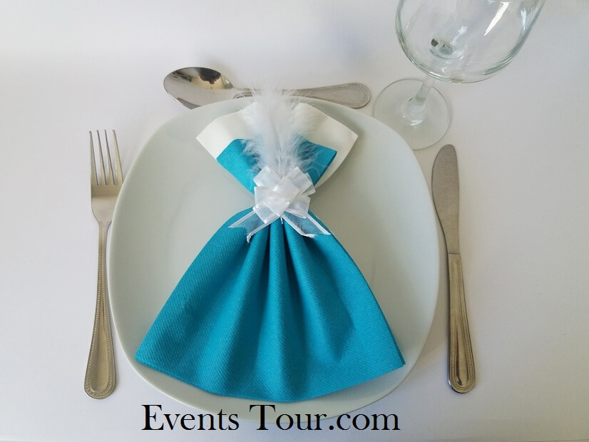 Pliage de serviette glamour blanc et bleu turquoise