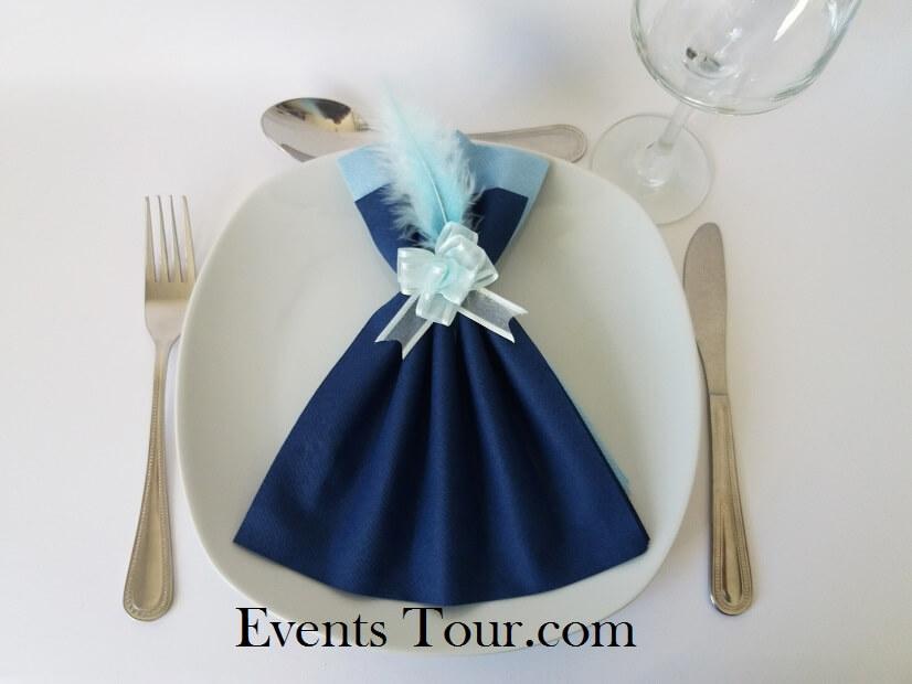 Pliage de serviette glamour bleu marine et bleu ciel