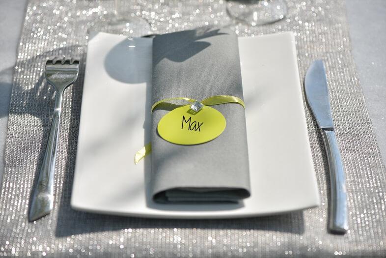 Pliage de serviette gris et transparent