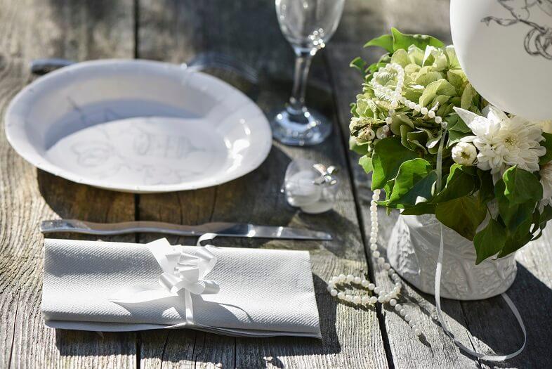 Pliage de serviette mariage avec noeud blanc