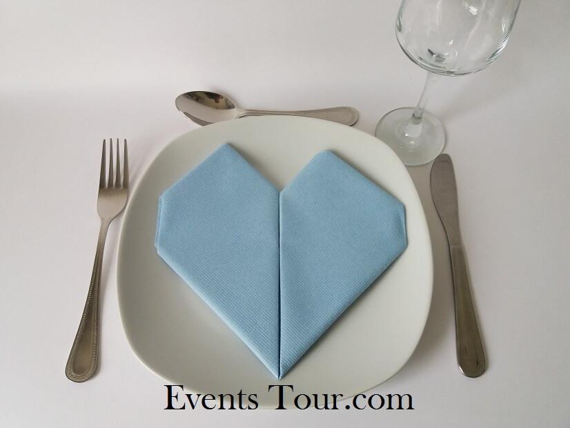 Pliage de serviette mariage coeur bleu ciel