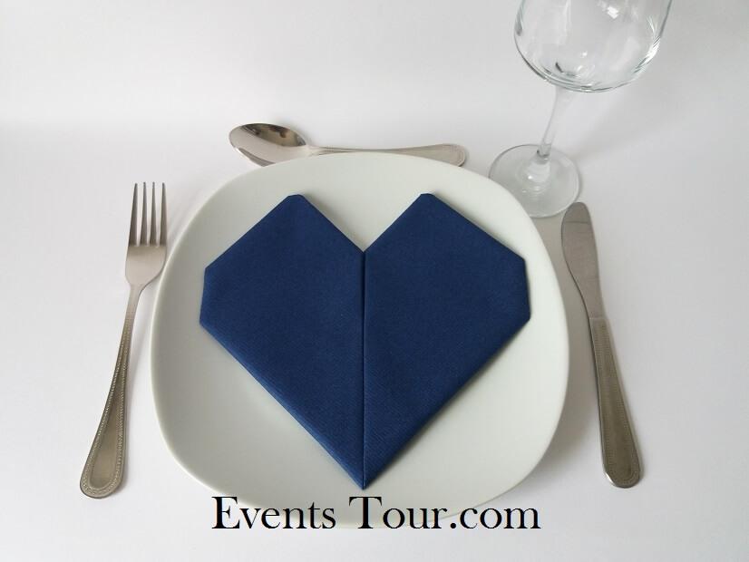 Pliage de serviette mariage coeur bleu marine