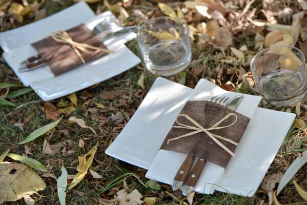 Pliage de serviette marron et blanc