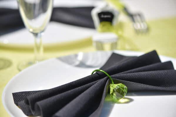 Pliage de serviette noir et vert