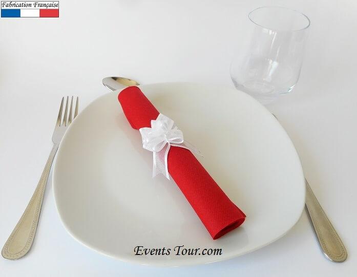 Pliage de serviette rouge et blanche