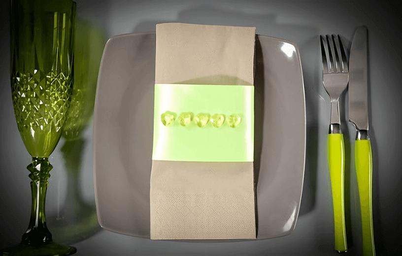Pliage de serviette taupe et vert