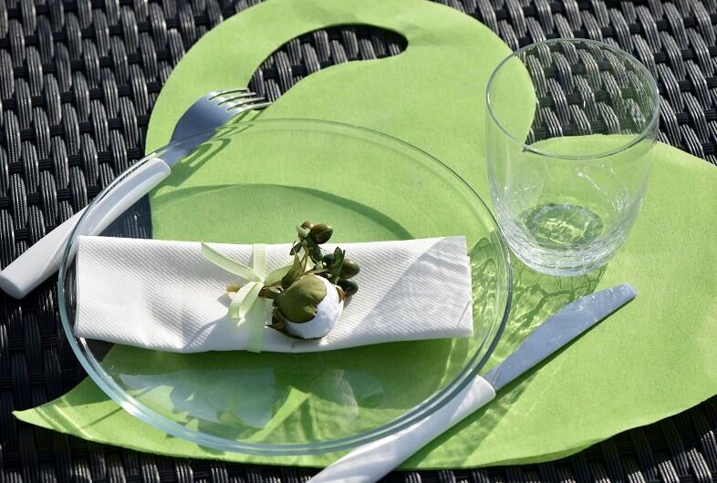 Pliage de serviette vert avec ruban