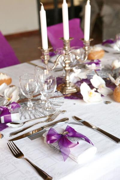 Pliage de serviette violet et blanc