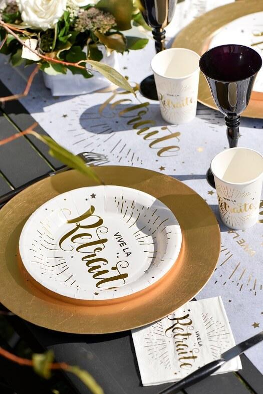 Retraite avec assiette chemin de table gobelet et serviette blanche et doree